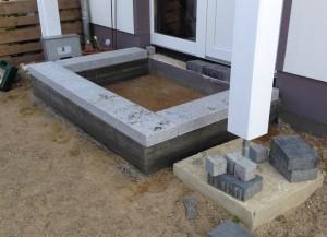 Fundament mit Granitblöcken