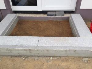 Eingangspodest mit Granitblöcken